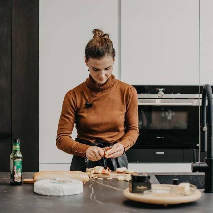 iveta-hrabovska-zapekane-chlebicky-bruschetty-chutovky-s-gentlejam-hanak-kuchyne-zena-v-kuchyni