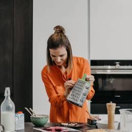 iveta-hrabovska-varenie-v kuchyni-struhanie-hanak-kuchyne-stastna-zena-v-kuchyni